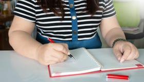 Vrouwen` s hand het schrijven stock foto's