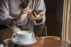 Vrouwen` s handen die celtelefoon met lege exemplaarruimte scre houden stock foto's