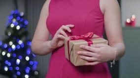 Vrouwen` s Handen die een Kerstmisgift houden stock video