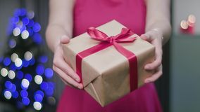Vrouwen` s Handen die een Kerstmisgift houden stock footage