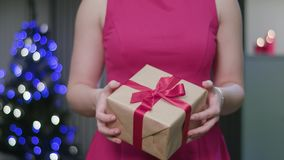 Vrouwen` s Handen die een Kerstmisgift houden stock videobeelden