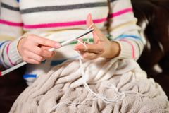 Vrouwen` s handen het breien Sluit omhoog van handen het breien Proces om te breien stock fotografie