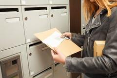 Vrouwen` s handen het houden blanked enveloppen en doos Royalty-vrije Stock Foto's