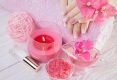 Vrouwen` s handen met Franse manicure stock afbeelding