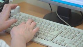 Vrouwen` s handen op het toetsenbord stock videobeelden