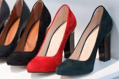 Vrouwen` s high-heeled schoenen op de teller Stock Foto's