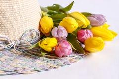 Vrouwen` s hoed met een boeket van tulpen Royalty-vrije Stock Foto's