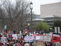 Vrouwen ` s Maart, Protestmenigte, Bruggen niet Muren, Immigratie, Tekens en Affiches, Washington, gelijkstroom, de V.S. Royalty-vrije Stock Afbeeldingen