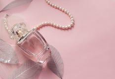 Vrouwen` s parfum in een glasflesje met parels royalty-vrije stock afbeelding