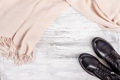 Vrouwen` s schoenen met pastelle roze sjaal Stock Afbeeldingen