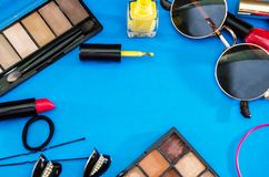 Vrouwen` s schoonheidsmiddelen De kleurrijke achtergrond van de zomer royalty-vrije stock foto's