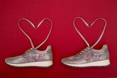 Vrouwen` s tennisschoenen met kant dat in de vorm van een hart gevoerd is Royalty-vrije Stock Fotografie