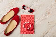 Vrouwen` s toebehoren - armbanden, schoenenbllerinas en sunglasse stock afbeeldingen
