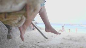 Vrouwen` s voeten op het strand stock footage