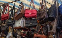 Vrouwen` s zakken in de kledingsmarkt royalty-vrije stock afbeelding