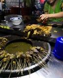 Vrouwen scherpe ingewanden bij een markt van het straatvoedsel in Yangon te verkopen royalty-vrije stock foto's