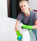 Vrouwen schoonmakend bad royalty-vrije stock afbeelding