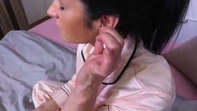 Vrouwen schoonmakend oor met een katoenen zwabber stock videobeelden