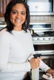 Vrouwen schoonmakende keuken royalty-vrije stock foto