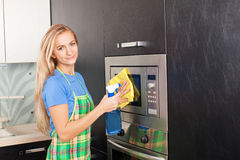 Vrouwen schoonmakende keuken stock foto's