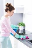 Vrouwen schoonmakende keuken Stock Foto