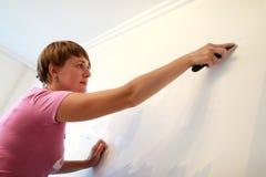 Vrouwen schoonmakende muur stock foto's