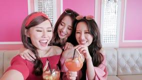 Vrouwen selfie in restaurant royalty-vrije stock foto's