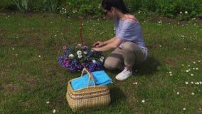 Vrouwen sorterende bloemen in mand stock videobeelden