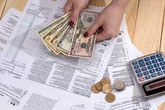 Vrouwen tellend geld op de achtergrond stock foto's