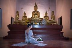 Vrouwen in Thaise kleding bij de oude tempel stock fotografie