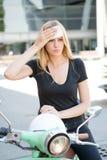Vrouwen tijdens een hittegolf op een autoped royalty-vrije stock afbeeldingen