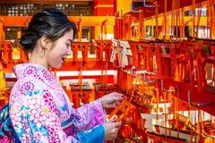 Vrouwen in traditionele Japanse kimono's bij het Heiligdom van Fushimi Inari in Kyoto, Japan stock foto