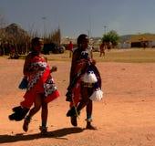 Vrouwen in traditionele kostuums vóór Umhlanga-aka Reed Dance 01-09-2013 Lobamba, Swasiland Royalty-vrije Stock Foto's