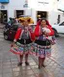 Vrouwen in traditionele Peruviaanse kleren Stock Foto's