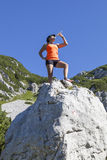 Vrouwen trekker dranken hoog in de bergen Royalty-vrije Stock Afbeeldingen