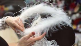 Vrouwen uitgezochte toebehoren aan witte kleding op ledenpop voor beter beeld stock video