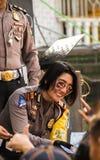 Vrouwen van de Smillings de Indonesische politie Stock Afbeelding