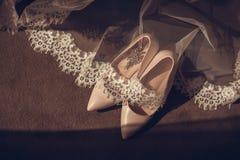 Vrouwen van het schoenen de schoenen van de elegante leer op een houten Bruidschoenen van achtergrond lichte glanzende hielschoen stock foto