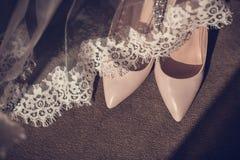 Vrouwen van het schoenen de schoenen van de elegante leer op een houten Bruidschoenen van achtergrond lichte glanzende hielschoen stock foto's