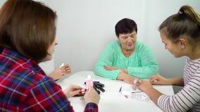 Vrouwen van verschillende leeftijd samen thuis stock videobeelden