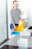 Vrouwen veranderende zak voor recycling stock foto