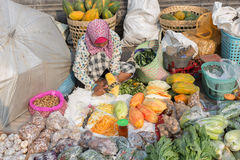 Vrouwen verkopende fruit en groenten in natte markt dichtbij Borobudur-tempel, Java, Indonesië Stock Afbeeldingen
