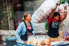 Vrouwen verkopende vruchten op de straat van Bangkok Royalty-vrije Stock Afbeelding