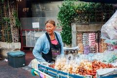 Vrouwen verkopende vruchten op de straat van Bangkok Stock Afbeeldingen