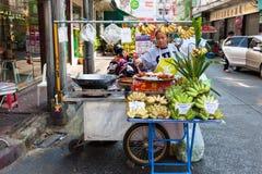 Vrouwen verkopende vruchten op de straat van Bangkok Stock Foto