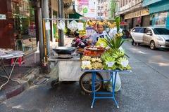 Vrouwen verkopende vruchten op de straat van Bangkok Stock Fotografie