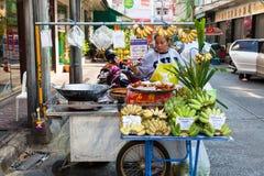 Vrouwen verkopende vruchten op de straat van Bangkok Stock Foto's