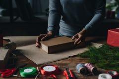 Vrouwen verpakkend boek als Kerstmisgift Royalty-vrije Stock Afbeelding