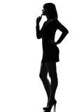 vrouwen volledige lengte die peinzend denkt Royalty-vrije Stock Foto