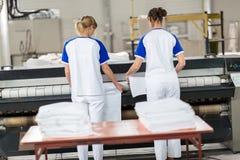 Vrouwen voor het strijken machine royalty-vrije stock afbeeldingen